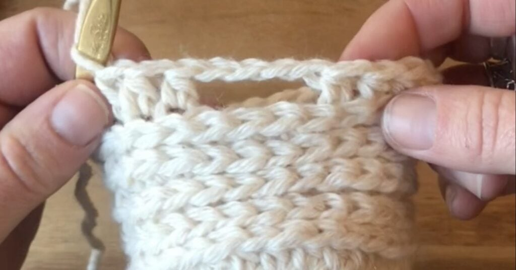 how-to-crochet-a-mitten-thumhole-opening